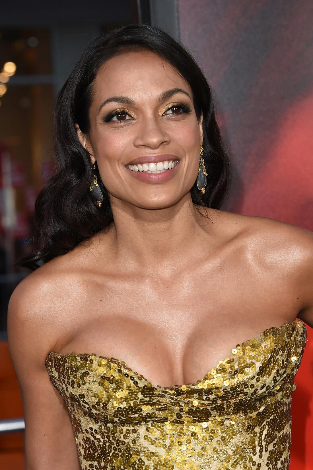 Rosario Dawson pose